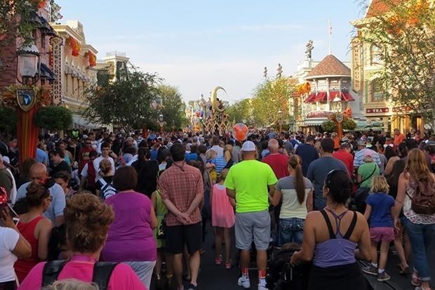 Disneyland-Parade-end-crowd.jpg